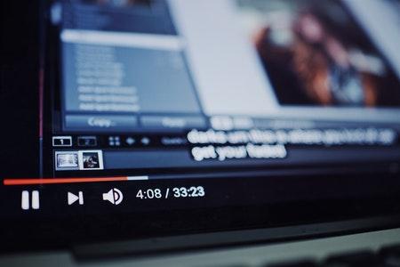 Online IPTV je storitev pretočnega predvajanja video vsebin